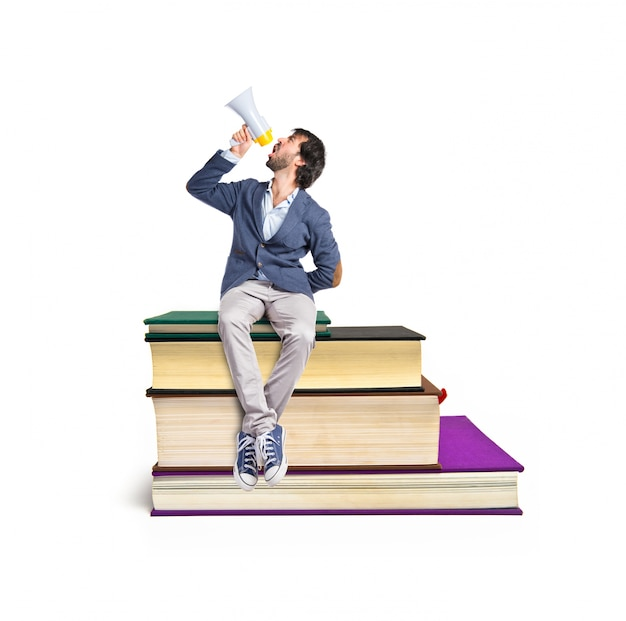 Homme criant sur le livre