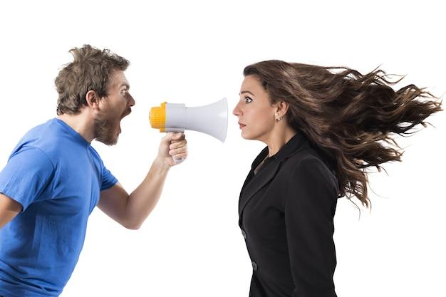 Homme criant avec mégaphone à une femme d'affaires