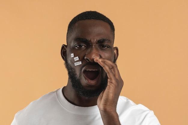 Homme criant et tenant une main à côté de sa bouche