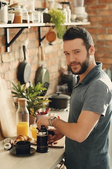 Homme cuisinant dans la cuisine. petit déjeuner le matin