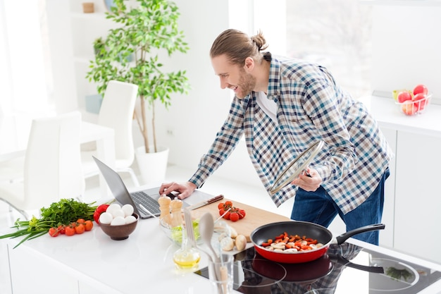 L'homme cuisine dans une cuisine moderne