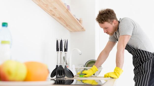 Homme, cuisine, nettoyage