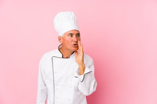 Homme de cuisinier d'âge moyen isolé dit une nouvelle secrète sur le freinage et regarde de côté