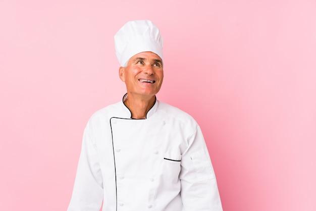 Homme de cuisinier d'âge moyen isolé rêvant d'atteindre les buts et objectifs