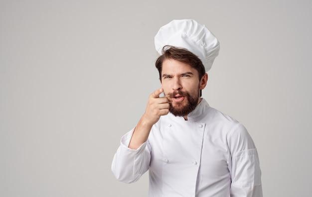 Homme cuisinier restaurant professionnel travaillant dans la cuisine