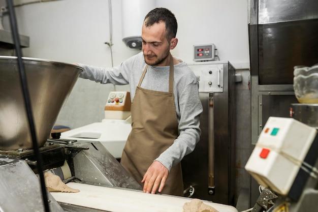 Homme cuit un pain frais