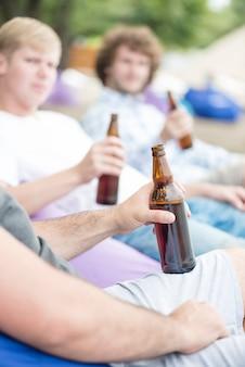 Homme de culture appréciant la bière avec des amis