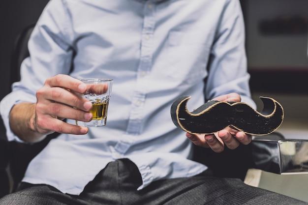 Homme de culture avec moustache et boisson