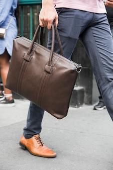 Homme de culture avec sac va marcher
