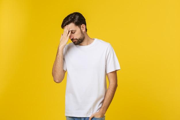 Homme curieux pensif regardant en pensant poser en essayant de faire un choix ou une décision isolée sur l'espace jaune