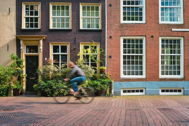 Homme cycliste cycliste cycliste à vélo moyen de transport très populaire aux pays-bas dans la rue de del...