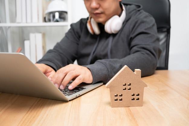 Homme, dactylographie, ordinateur, maison, modèle