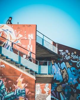 Homme dans une architecture de graffiti