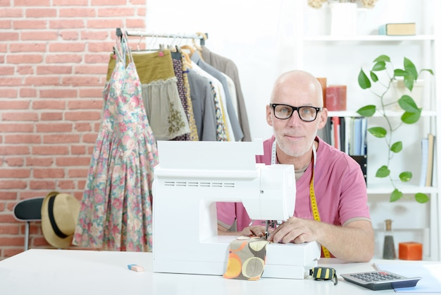 Homme dans un atelier de couture