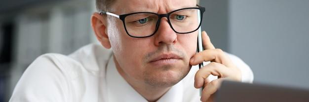 Homme, dans, bureau, concentré, information, écoute, téléphone
