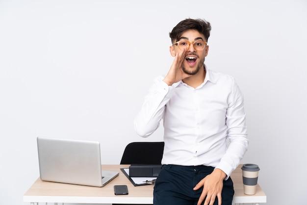 Homme dans un bureau criant avec la bouche grande ouverte