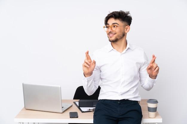 Homme dans un bureau avec les doigts croisés