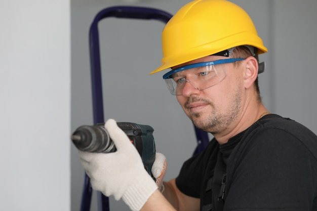Homme, dans, casque protecteur, et, lunettes