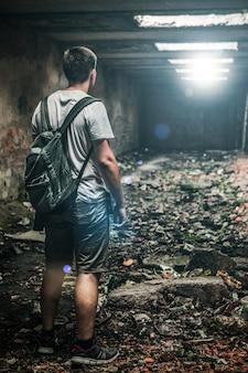 Homme dans une chambre abandonnée