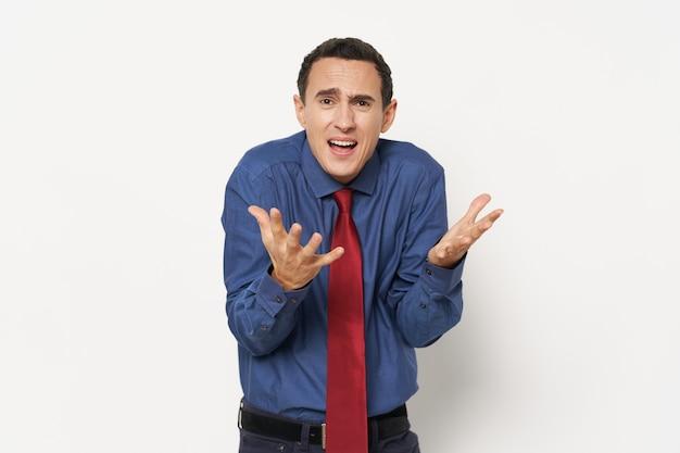 Homme dans une chemise bleue gestes indécision isolée