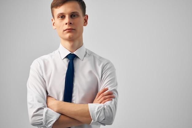 Homme, dans, chemise, à, cravate, poser, bureau, travail