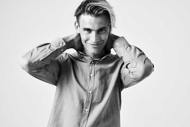Un homme dans une chemise à la mode studio de coiffure photo en noir et blanc