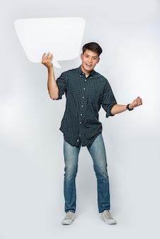 Un homme dans une chemise sombre détient un symbole de boîte de pensée