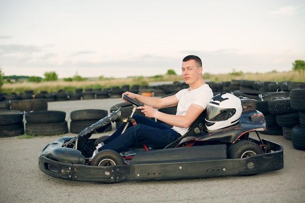 Homme dans un circuit de karting avec une voiture