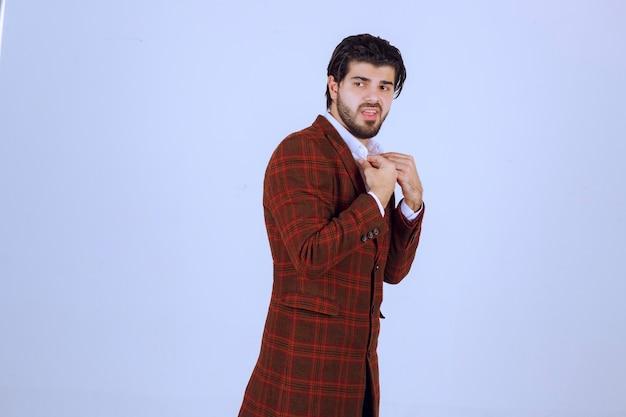 Homme dans le code vestimentaire des affaires de mode de la collection automne-hiver.