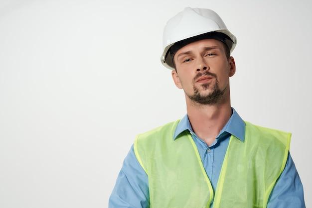 L'homme dans la construction de la profession de travail de protection uniforme fond isolé