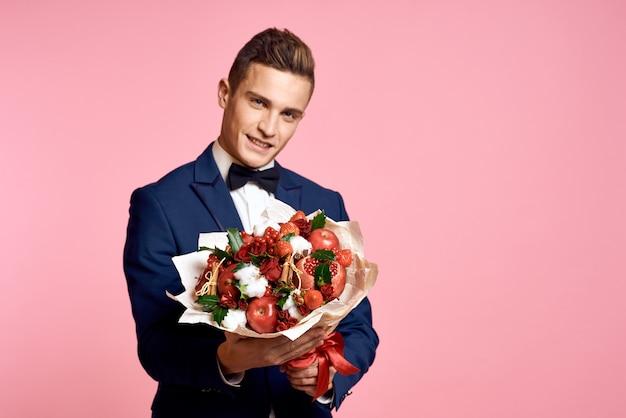 Homme, dans, a, costume, bouquet, de, fleurs, romance, date, fond rose
