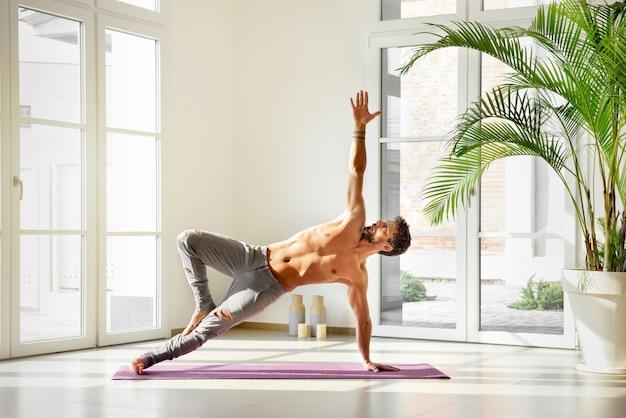 Homme, dans, côté, planche, pose yoga, à, bras tendu