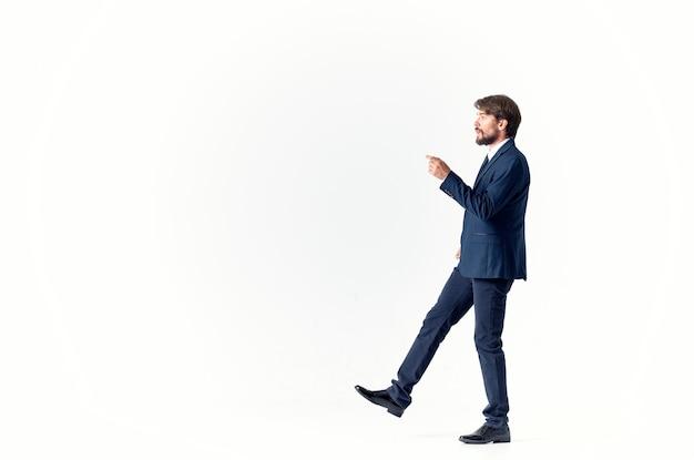 Homme dans un fond clair réussi d'émotions de costume