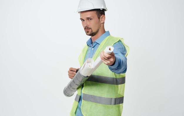 Un homme dans un gilet jaune avec un casque sur la tête des travaux de réparation d'ingénieur en construction