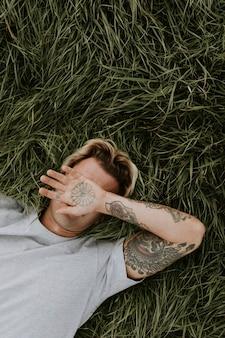 L'homme dans l'herbe verte