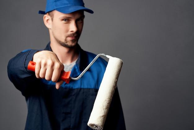 Homme dans l'intérieur professionnel de réparation de peintre uniforme de travail