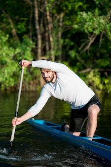Homme, dans, kayak, aviron, concept