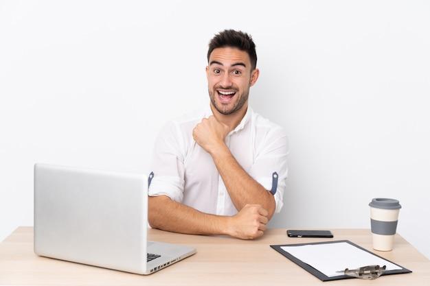 Homme dans un lieu de travail avec un ordinateur portable