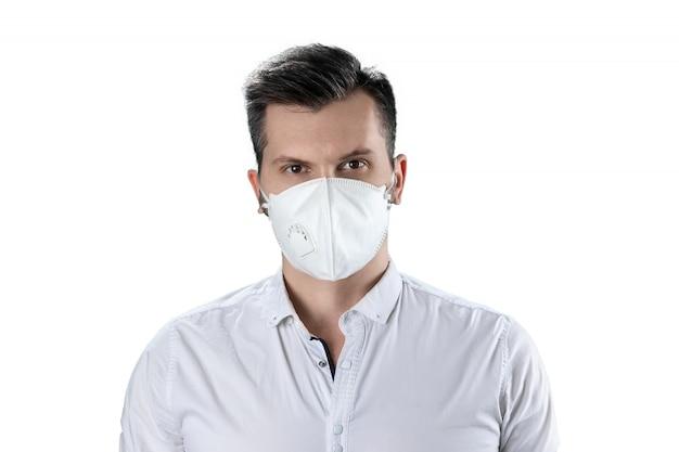 Un homme dans un masque anti-poussière blanc isolé sur blanc