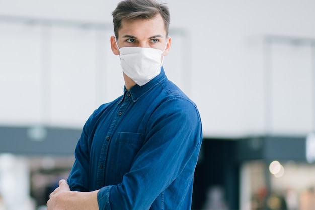 Homme dans un masque de protection dans une rue de la ville