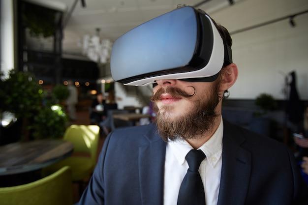 Homme dans le monde virtuel