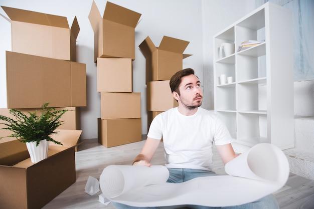 Homme dans une nouvelle maison. déménagement dans une nouvelle maison.