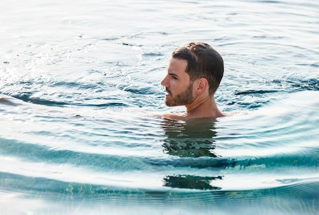 Un homme dans la piscine