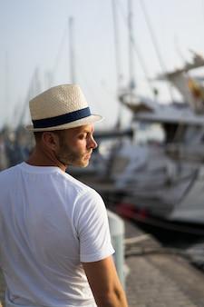 L'homme dans le port