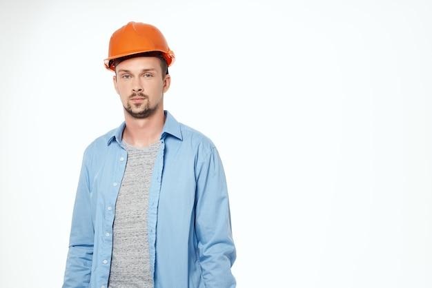 Homme dans la profession de travail de protection de casque orange