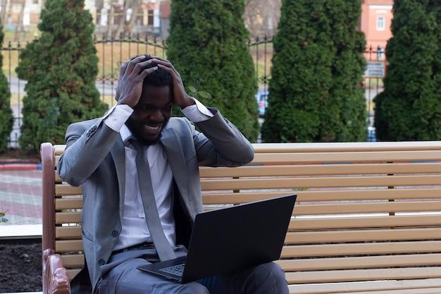 Homme dans la rue avec ordinateur portable, pigiste