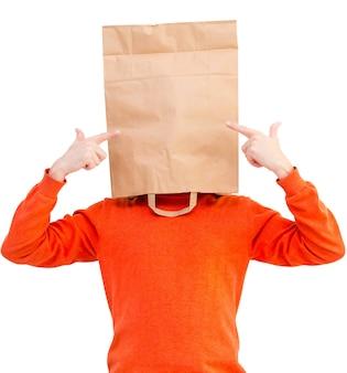 Homme dans un sac en papier sur la tête montrant avec les index isolés sur fond blanc.