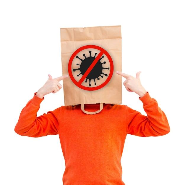Homme dans un sac en papier sur la tête pour se protéger du covid-19 isolé sur fond blanc.