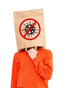 Homme dans un sac en papier sur la tête pour se protéger du covid-19
