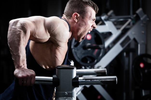 Homme dans la salle de sport à l'exercice de trempette